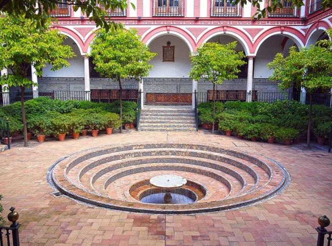 El Hospital de los Venerables en Sevilla: un centro cultural con el patio (ta...