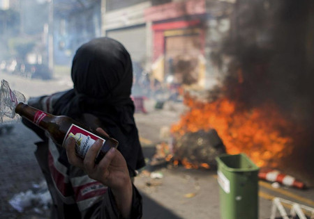 Un manifestante arroja un cóctel molotov a la policía durante una manifestación en San Pablo