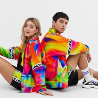 ASOS y GLAAD retoman el tie-dye de temporada en una colección a favor de la comunidad LGBT+