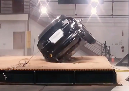 Tesla explica con un Model X por qué un SUV es tan propenso a volcarse (y el suyo no)