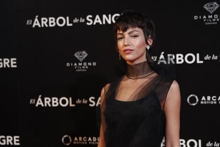Úrsula Corberó se calza las sandalias de moda más originales de Prada para presentar su nueva película 'El Árbol de la Sangre'