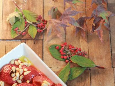 Guarnición de fresas y piñones para tus asados. Receta de Navidad