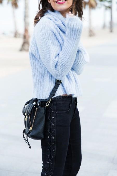 Duelo de outfits: el azul cielo se hace con la calle (y con las bloggers españolas) y se combinan con unos mismos vaqueros