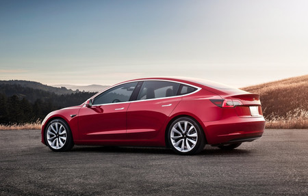 Las ventas de coches eléctricos se duplican en España en lo que llevamos de 2019, con el Tesla Model 3 en cabeza