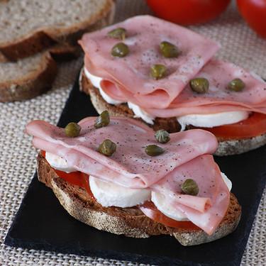 Tostas de tomate y mozzarella con mortadela de Bolonia: receta fácil para una cena con sabor a Italia