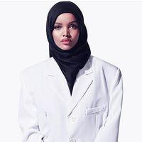 Kanye West contrata a Halima Aden, una modelo refugiada con hiyab, para su último desfile de Yeezy