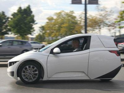 No es un coche partido por la mitad, es el vehículo eléctrico con tres ruedas de Electra Meccanica