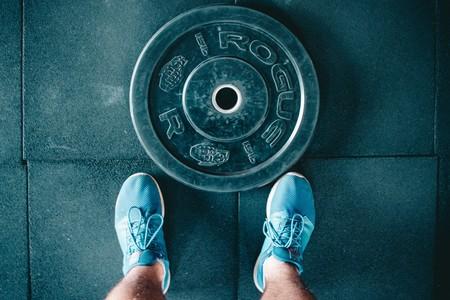 Entrenar con más peso del que deberías: uno de los errores más comunes en el gimnasio