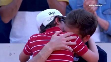 Cuando los hijos consuelan a los padres: el emotivo abrazo del hijo de Mahut al perder en Roland Garrós