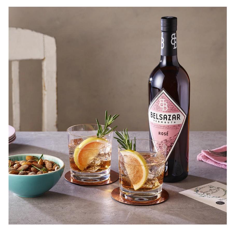 Belsazar Vermouth. Versátil y ligero. Un rosado que ofrece una explosión de sorpresas. Una bebida de sabor agridulce y veraniego que ofrece una mezcla armoniosa de pomelo rosa, naranja sevillana y flor de azahar con un deje de frambuesa y grosella roja.
