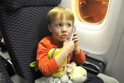 Maneras de entretener a un niño durante un vuelo de larga duración