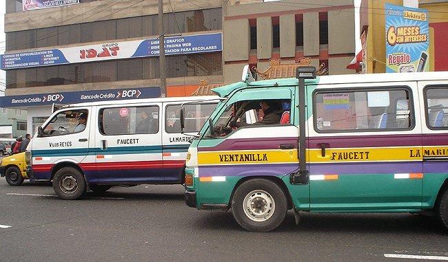 Combis en las calles de Lima