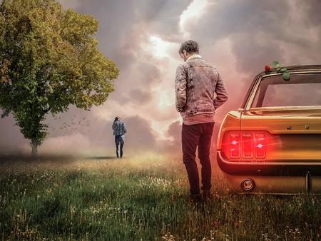 chico triste al lado de un coche, mientras chica se aleja