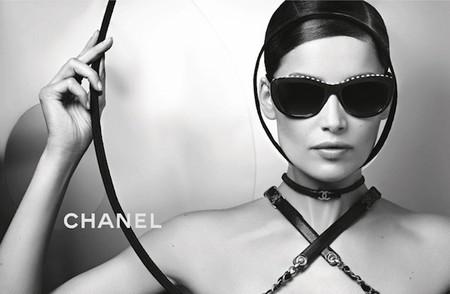 Laetitia Casta nos muestra las nuevas propuestas de gafas firmadas por Chanel