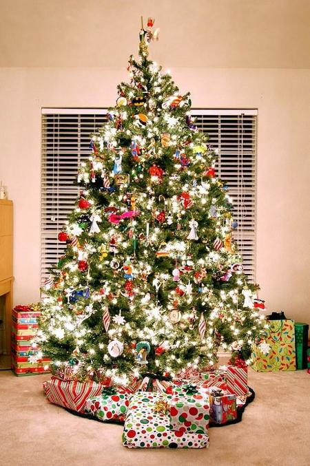 640px Arbol De Navidad Con Adornos De Personajes