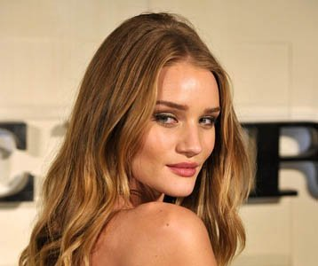El look de Rosie Huntington-Whiteley