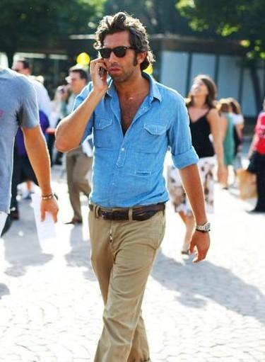 Camisa vaquera y khakis, un look sencillo y genial