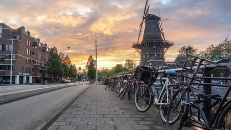 Holanda se suma al veto de los coches de combustión y quiere hacerlo 10 años antes que España: en 2030