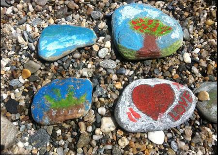 piedras dibujadas playa