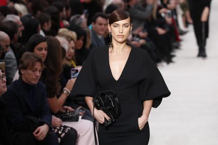 Valentino se tiñe del negro más oscuro para el próximo invierno, prometiendo looks muy góticos en la alfombra roja