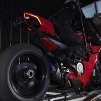 Así fabrica Akrapovič su exuberante escape en titanio para la Ducati Panigale V4, ¡y suena descomunal!
