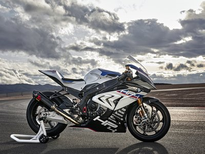 La brutalidad germana envuelta en fibra de carbono se llama BMW HP4 RACE: 215 cv y 171 kg