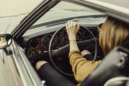La DGT indica cuál es la postura correcta al volante para evitar lesiones y el temido 'efecto submarino'