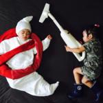Mientras los mellizos duermen, su madre convierte sus siestas en divertidas aventuras