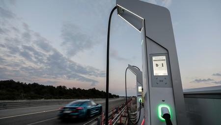 El Porsche Taycan es el primer coche eléctrico que soporta recargas de 800 V y hasta 270 kW