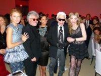 Pedro Almodóvar homenajeado en el MoMA de Nueva York, rodeado de moda y bellezas