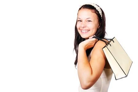 Chica con bolsa de compra sonriendo.