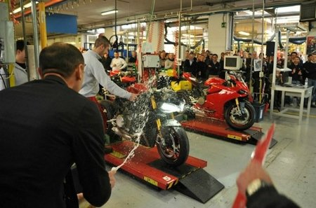 La primera Ducati 1199 Panigale sale de la cadena de montaje