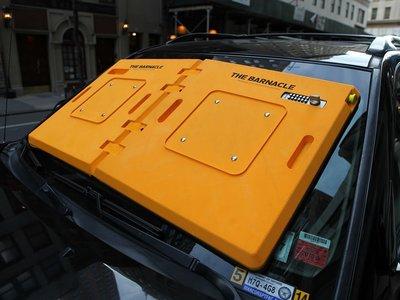 Un inmovilizador para tu auto que va en el parabrisas, igual tienes la multa, pero ya no daños a tus rines