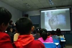Proyectar vídeos de partos en las escuelas