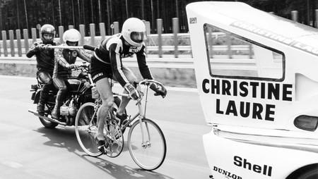 El loquísimo intento de alcanzar 240 km/h en bicicleta a rebufo de un Porsche 935 Turbo de 800 CV