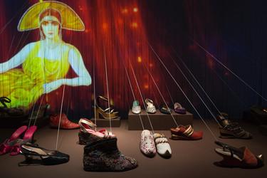 Si siempre quisiste ver esas exposiciones que creaban sinergias entre la moda y el arte todavía puedes
