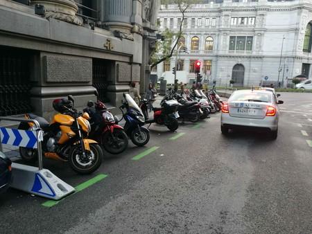 Motos en las aceras, peatones sin sitio y terrazas abiertas: así es el caos del espacio urbano en la desescalada
