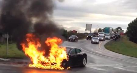 Tesla Model S incendiado