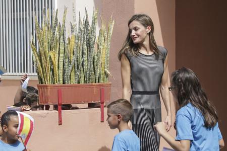 Doña Letizia Ortiz 'vuelve al cole' y lo hace con un vestido ladylike perfecto para el día a día