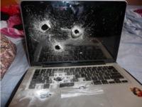 Imagen de la semana: un MacBook acribillado
