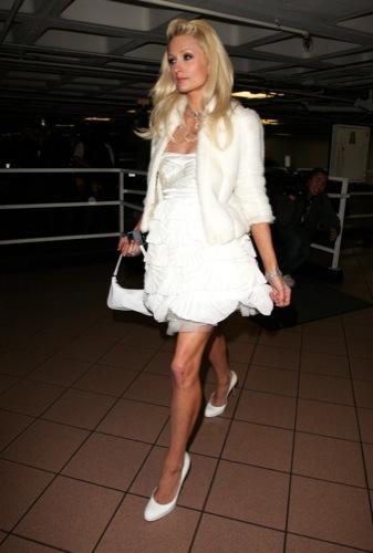 Paris Hilton también quiere ganar el premio Hortera de Bolera de enero con un mini vestido
