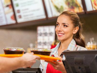 Con estrés crónico y bajo cronómetro: así viven los empleados de las cadenas de comida rápida