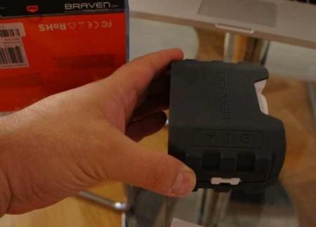 Detalle de los botones de encendido y sincronización Bluetooth