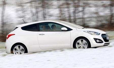 Hyundai i30 tres puertas blanco vista lateral nieve