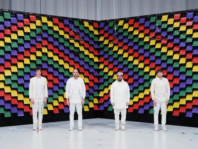 567 impresoras se transforman en una asombrosa pantalla en uno de los videoclips más alucinantes de este año