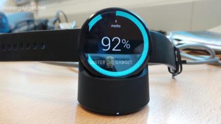 Moto 360 enseña su estación de carga inalámbrica y un sensor de ritmo cardiaco
