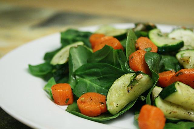Ensalada de espinacas, zanahoria y calabacín