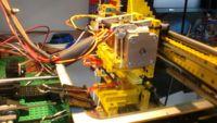 Una impresora 3D hecha con LEGO que imprime piezas de LEGO. Skynet cada vez más cerca.