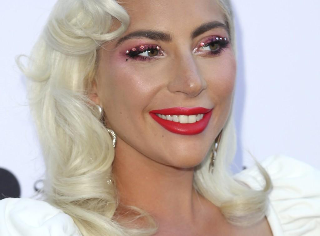 Lady Gaga se enfoca a la tendencia favorita de las beauty bloggers: así llevan ellas el eyeliner de cristal