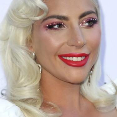 Lady Gaga se apunta a la tendencia favorita de las beauty bloggers: así llevan ellas el eyeliner de cristal